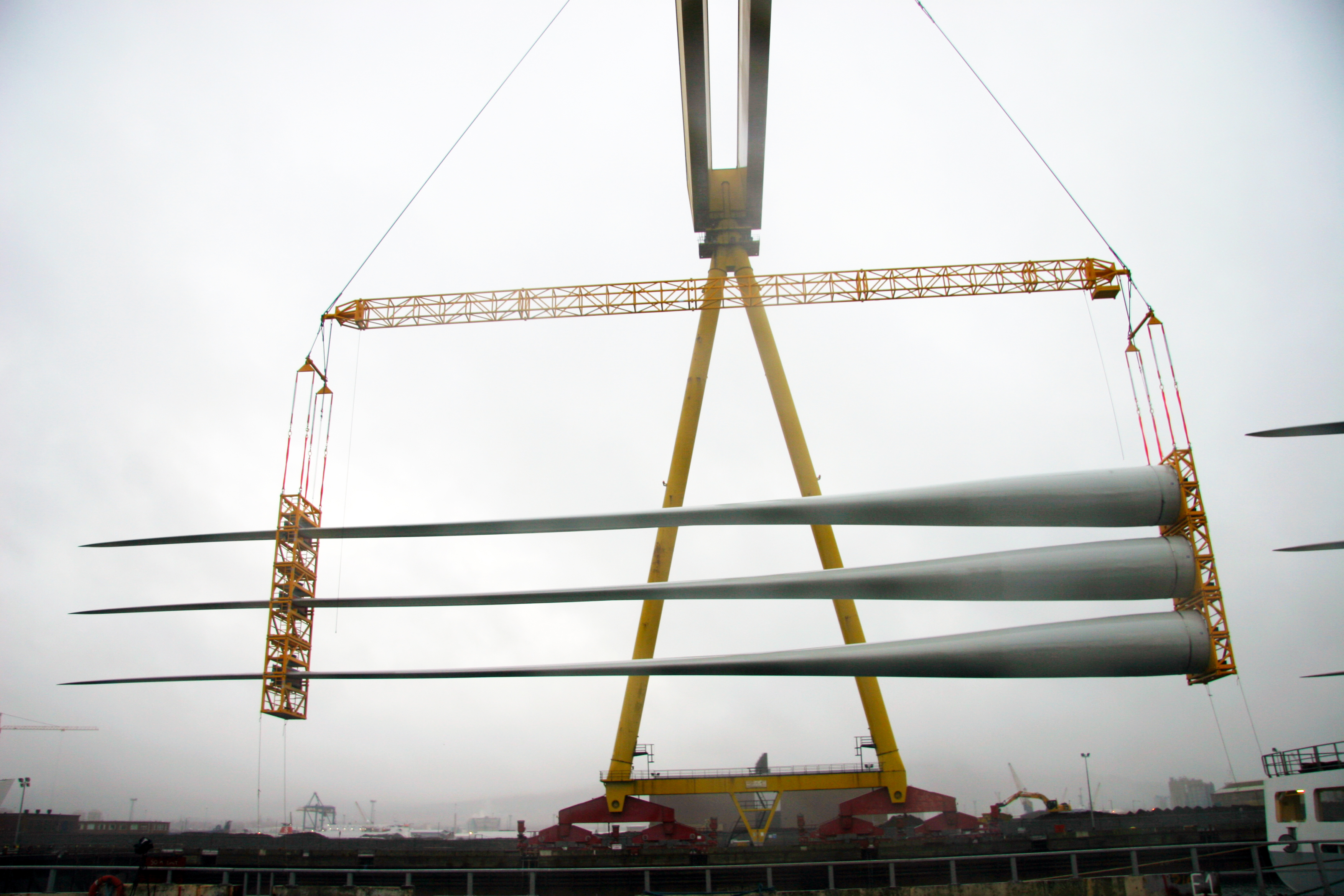 Modulift Lattice Beam over two spreader beams lifting parts of a wind turbine